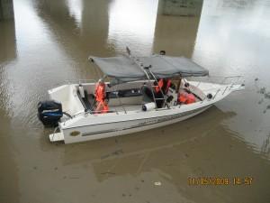 -didalam bot dibawah jambatan-